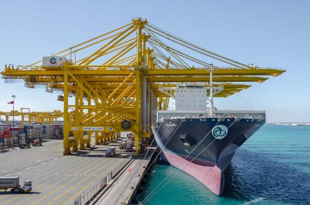 Nákladní loď v přístavu Jebel Ali, Dubaj, Spojené arabské emiráty