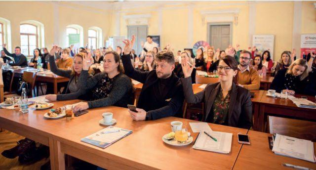 """Na vyprodané konferenci HRchytre.cz panovala od začátku dobrá nálada. Organizátorům se podařilo zapojit do interakcí i publikum. Ať už formou """"ručního hlasování"""", nebo s využitím mobilních technologií."""