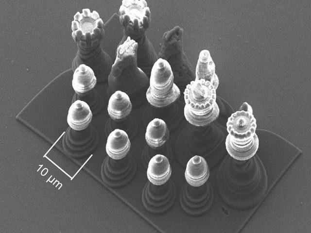 Nanošachy. Figurka je desetkrát menší než průměr lidského vlasu