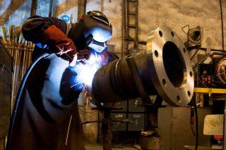 Desetina firem uzavřela výrobu, polovina nechce propouštět