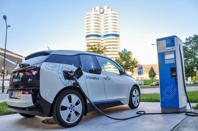 Do roku 2030 by mělo na německých silnicích jezdit kolem deseti milionů elektromobilů.
