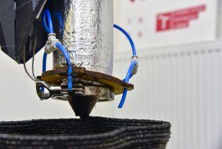 Druhý život pro termoplasty: z odpadu umí výzkumníci z VUT vyrobit na 3D tiskárně třeba zahradní nábytek