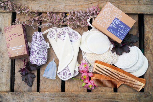Menstruační kalíšek, látkové vložky a odličovací tampony