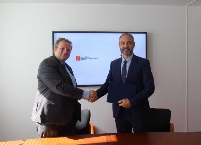 Ředitel CzechInvestu Patrik Reichl a rektor VŠCHT Pavel Matějka podepisují memorandum o vzájemné spolupráci