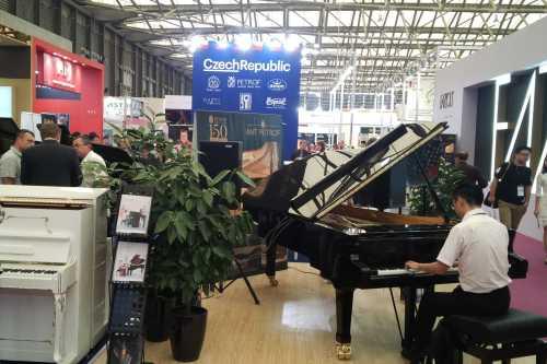 Klavíry na české expozici na veletrhu MUSIC CHINA v Šanghaji 2015
