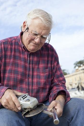 důchodce pracující bruska