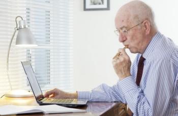 důchodce přemýšlí počítač