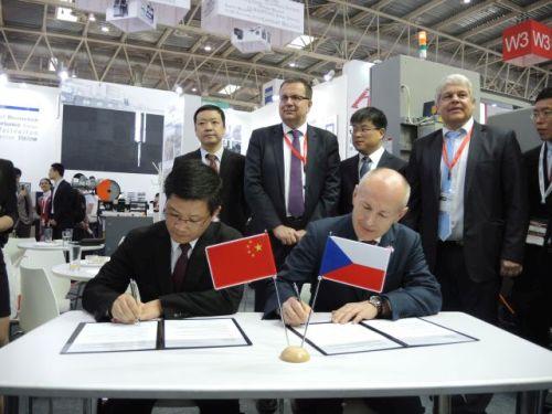 Slavnostní podpis dohody o založení dceřiné společnosti firmy Hestego v provincii Jiangsu za přítomnosti ministra Jana Mládka