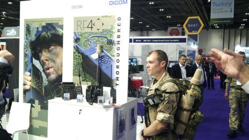 Příslušník britské armády vybavený českou komunikační technikou
