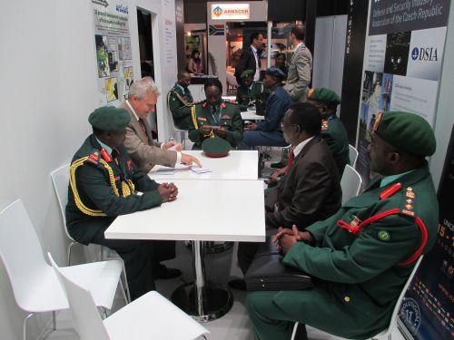 Delegace Generálního štábu Tanzánie na stánku české oficiální účasti