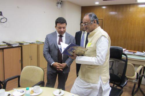 Velvyslanec Miloslav Stašek (vlevo)  a indický člen vlády Západního Bengálska (ministr pro obchod, průmysl, finance, veřejné věci) Amit Mitra (vpravo)