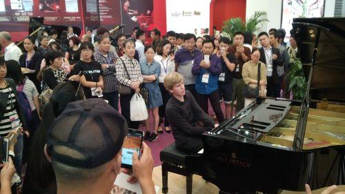 Koncert mladého pianisty Matyáše Nováka na klavír ANTONÍN PETROF byl součástí doprovodného programu