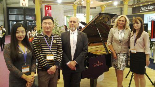 Zástupci společnosti Petrof (vpravo) s generálním konzulem Richardem Krpačem (uprostřed) a čínskými obchodními partnery (vlevo)