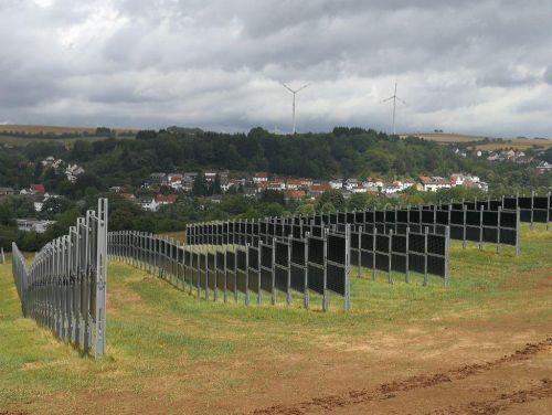 Svisle umístěné solární panely, foto: Next2Sun