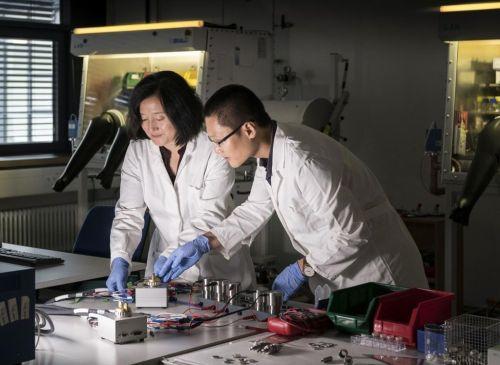 Tým vědců z technologického institutu v Karlsruhe (KIT) zkoumá využití vápníku v elektrických bateriích. Autor: Markus Breig/KIT
