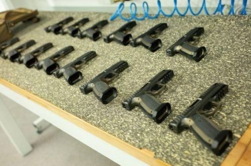 Česká Laugo Arms zdesetinásobí výrobu pistole Alien. Chystá i poloautomatickou pušku