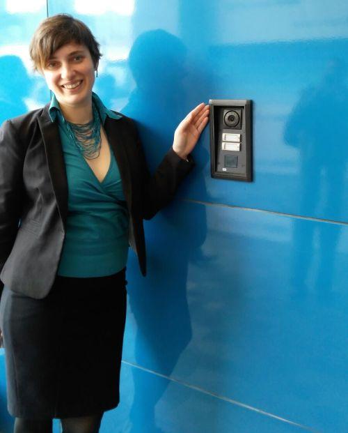 Nainstalováno. Lucie Hrušková ukazuje jeden z interkomů, které společnost 2N dodala do budovy největší mexické banky.