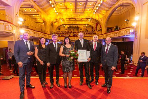 Zástupci společnosti Biomac - druhé místo v kategorii Střední firma soutěže Equa bank Rodinná firma roku 2018. Foto: AMSP