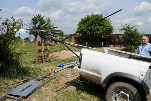 Pavol Floriš instaluje jedno ze svých větrných čerpadel. Foto: Miloslav Jirků