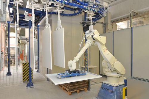 Výroba ve Fenix Group využívá robotů. Foto: Fenix Group