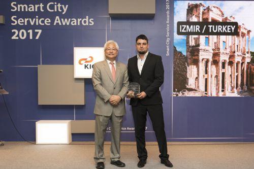 Lukáš Duffek (vpravo) přebírá v korejském Soulu cenu za řešení v Izmiru. Foto: Incinity