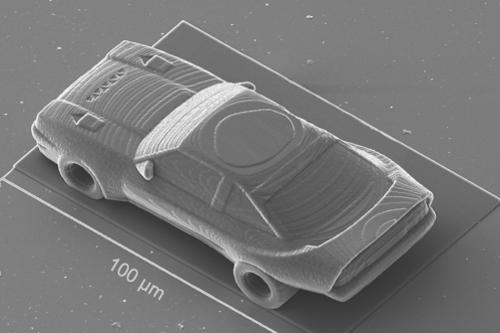Auto velikosti průměru lidského vlasu. Foto: IQ Structures