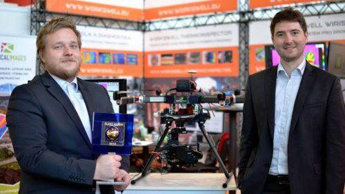 Jednatelé společnosti Workswell Jan Sova a Adam Švestka (zleva) při přebírání ocenění Zlatý Amper 2016. Foto: Workswell.cz