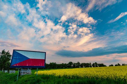 Symbol porušování zákonů v Česku - billboard u silnice přelepený českou vlajkou. Foto: Shuttestock