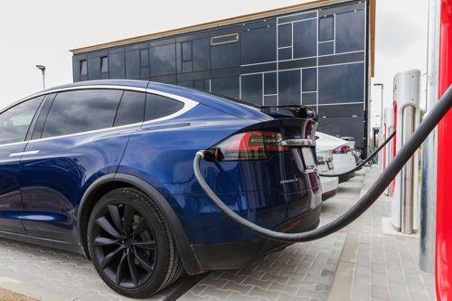 Důraz na výrobu elektromobilů odvádí automobilky od jednodušších řešení, tvrdí expert