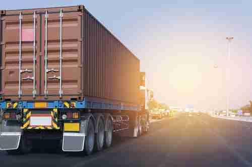 Zahraniční obchod v srpnu: Pokles dovozu přispěl ke zlepšení bilance
