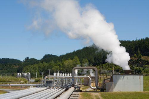 Geotermální elektrárna uprostřed lesů. Foto: Shutterstock.com