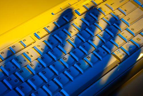 Hackeři útočí na výrobní firmy. Zastavení linky vyjde na miliony