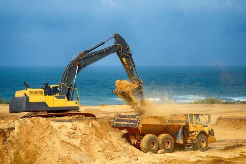 Stavebníkům chybí základní surovina. Firmy řeší, jak stavět z pouštního písku