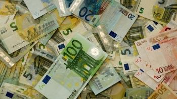 peníze eurobankovky nahazené