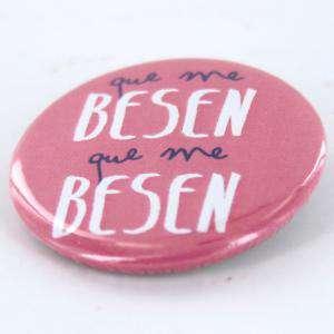Chapas 50mm con frases - Chapa 50 mm con frase: Que me besen, que me besen