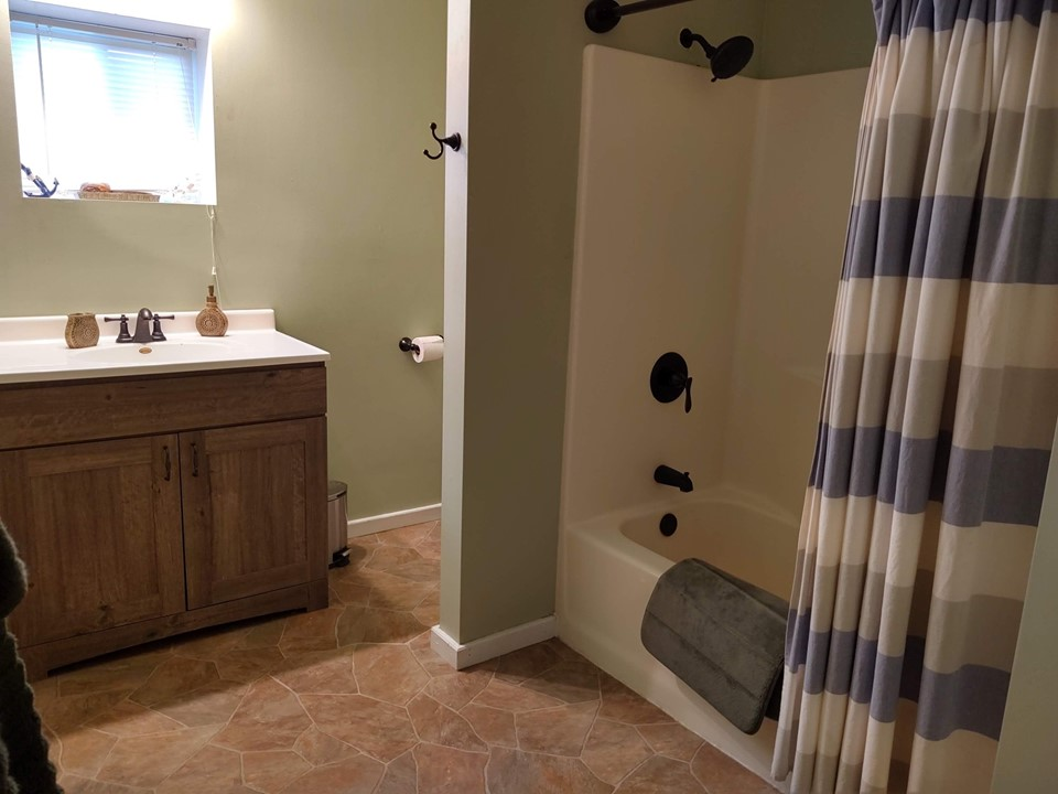 bathroom with tub-shower combo