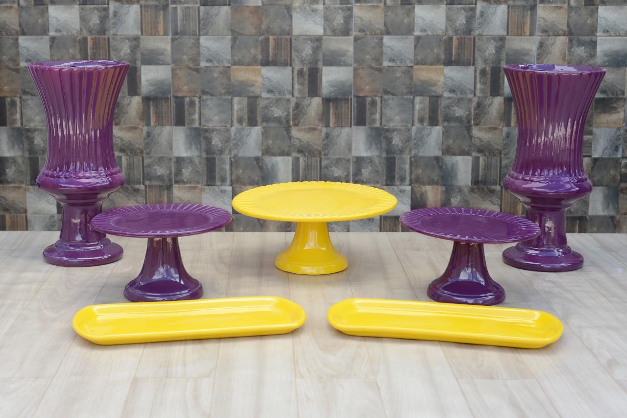 Kit Cerâmica para Festas Roxo e Amarelo 7 Peças c/ Taças Boleiras e Travessas - Eventos e Decoradores