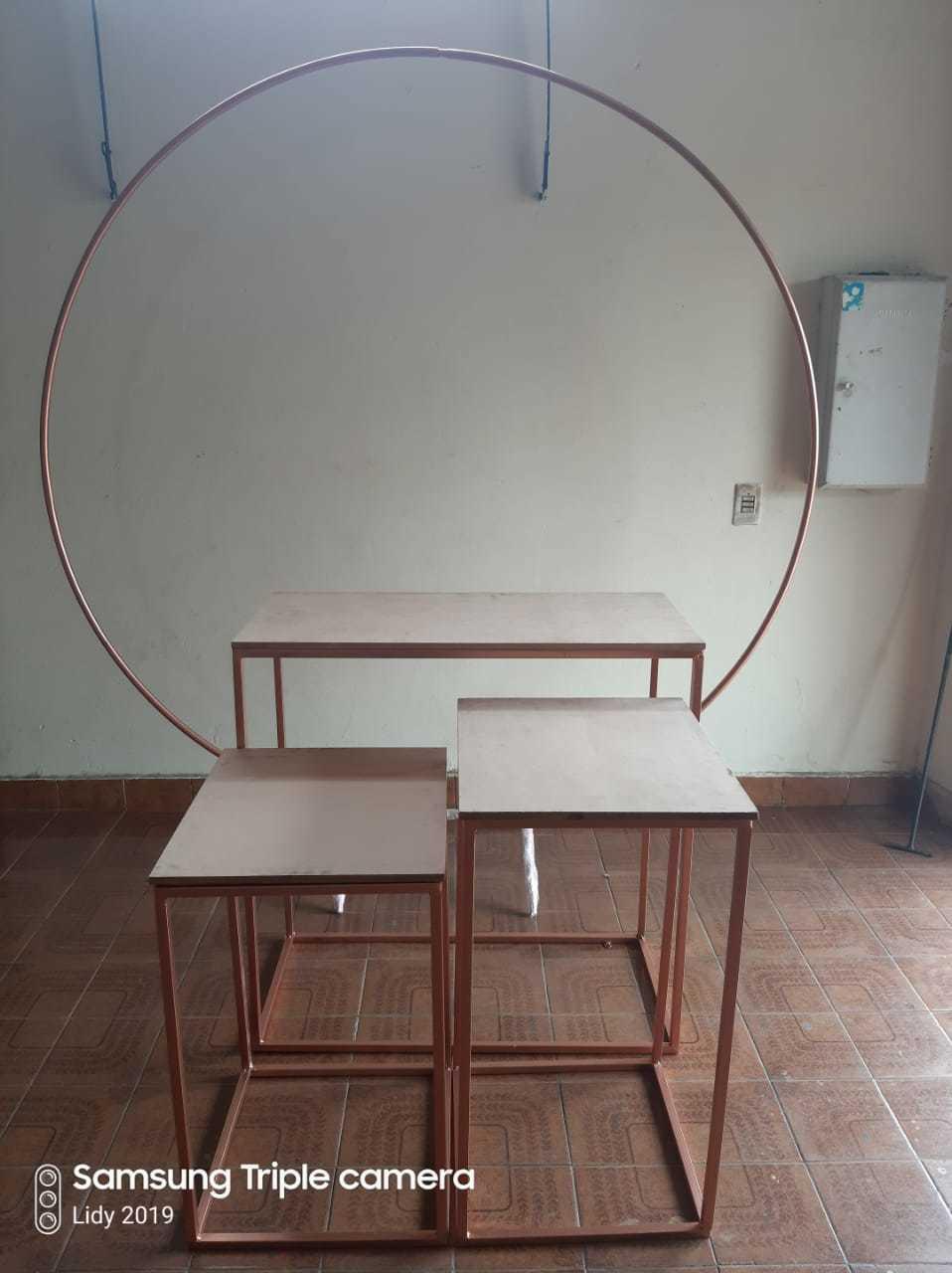 Kit 04 Peças para Festa com 03 Mesas Desmontáveis e 01 Arco Desmontável em Ferro com Tampo em MDF