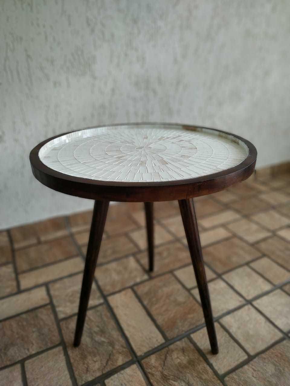 Mesa de Canto Tripé Mosaico Cor Travertino Revestido em Vidro