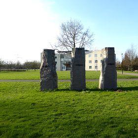 Drie stenen voor het gemeentehuis