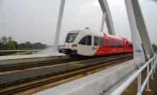 Trein op spoorbrug over het van Starkenborghkanaal
