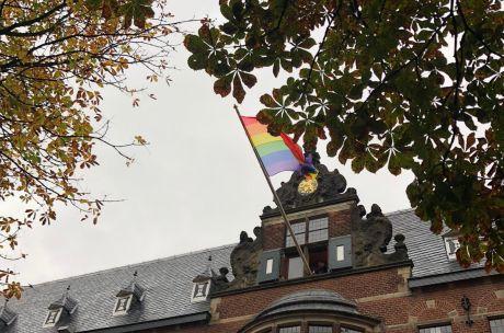 Regenboogvlag op Provinciehuis