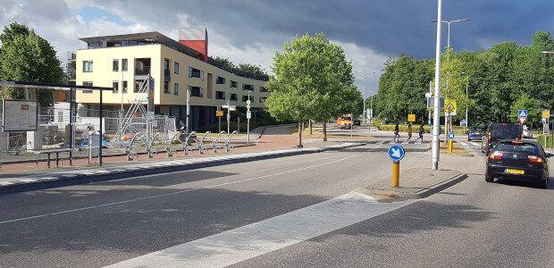 Een kruispunt in Leiden met OV, fietsers, voetgangers en auto's.