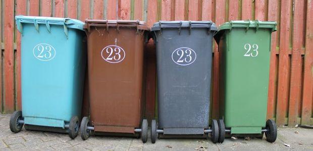 Een rijtje afvalbakken op straat