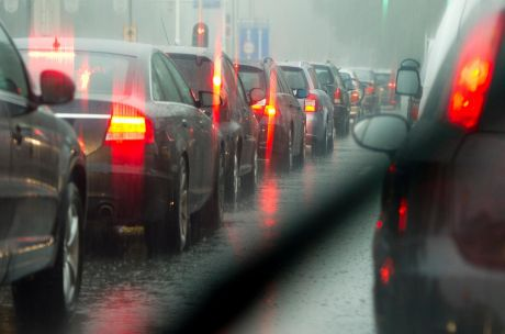 Bij regenachtig weer is dit helaas het normale verkeersbeeld rond Den Deijl