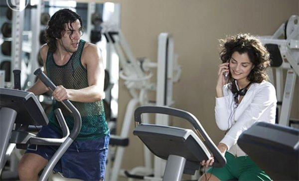 woman_talking_on_her_cell_phone_at_a_gym_gogoaba03967_600x3631