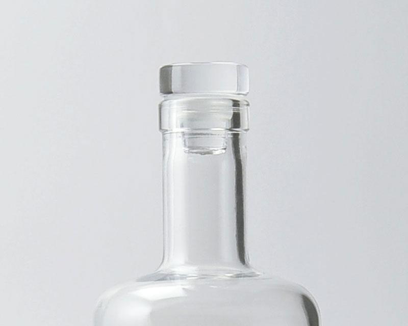 Le grand modèle de bouchon plat sur la carafe en verre Aero transparente 75cl de bouteilles d'Eauteur, une valeur sûre