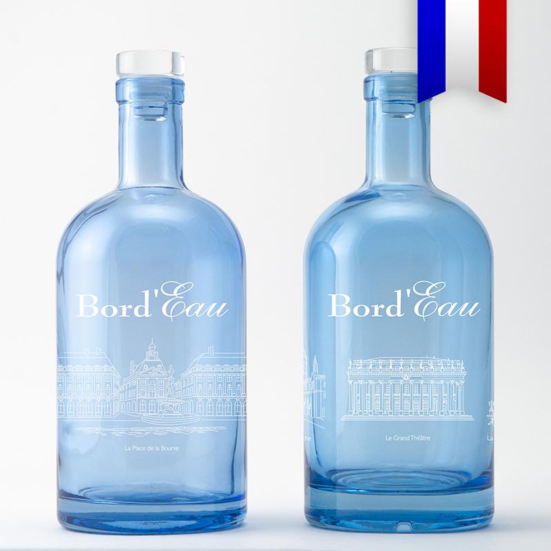 Les lieux incontournables de la ville de bordeaux pour un objet souvenir original et écologique. Présenté sur une bouteille bleu, ce décor existe aussi sur une carafe satinée, magnifique!