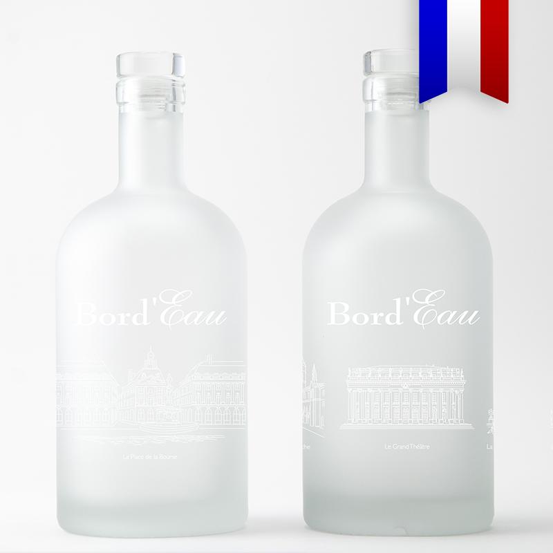 Cette carafe personnalisée satinée au décor blanc présente un aperçu des monuments emblématiques de Bordeaux, une belle idée cadeau! Ce décor est aussi très élégant sur une bouteille bleue, faites votre choix!