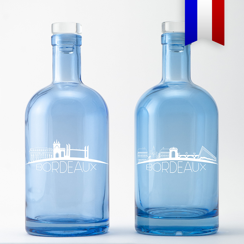 Cette carafe bleue personnalisée au décor blanc présente un aperçu des monuments emblématiques de Bordeaux, une belle idée cadeau! Ce décor est aussidisponible sur une bouteille satinée, élégant!